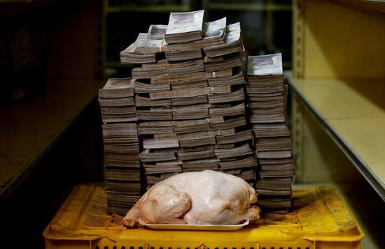 在委內瑞拉首都加拉加斯,一隻2.4公斤重的雞,價格約1400萬強勢玻利瓦爾(約合15.1元人民幣)。從圖片上看,這疊舊鈔的體積大約相當於這隻雞的4倍。