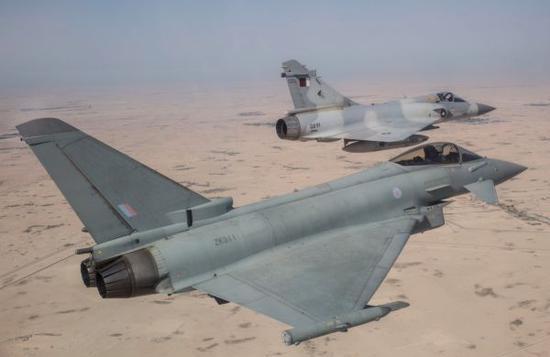 """资料图片:英国空军""""台风""""战机与卡塔尔空军""""幻影""""2000战机编队飞行。(图片来源于网络)"""