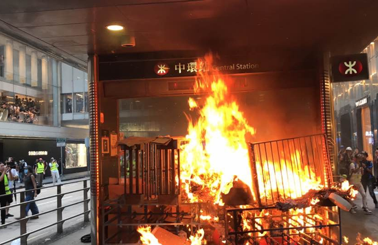有暴力份子9月8日正在港铁中环站一出心放火(图片滥觞:港媒)