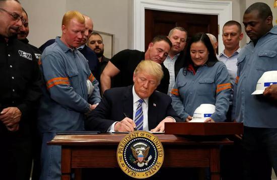 ▲3月8日,美国总统特朗普签署公告对进口钢铁和铝产品征收高关税。(路透社)