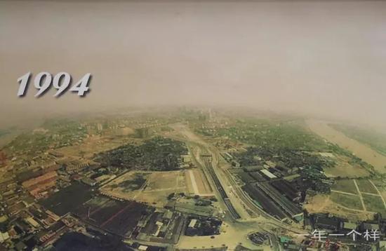 5月30日,在浦东开发陈列馆翻拍的1994年陆家嘴的照片。新京报记者 尹亚飞 摄