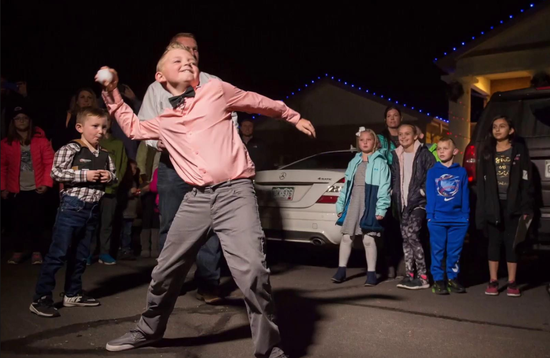 视频:美国一小镇近百年禁止打雪仗 9岁小男孩成功