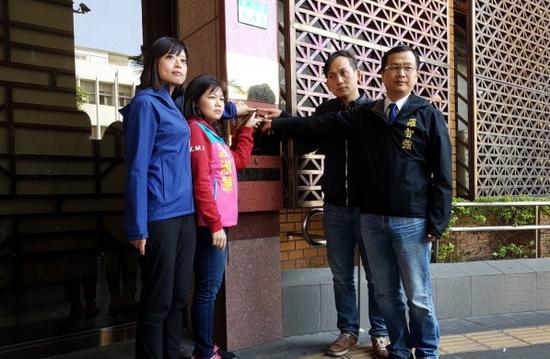"""罗智强(右一)等人赴台北地检署告发蔡英文涉""""伪造文书罪""""。(图源:台媒)"""
