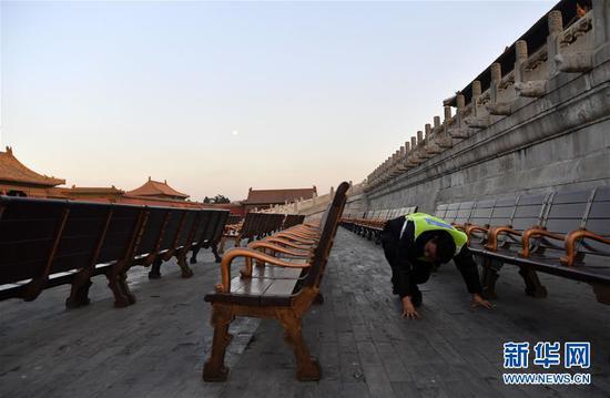 12月31日,工作人员在故宫乾清门广场检查座椅。新华社记者 金良快 摄