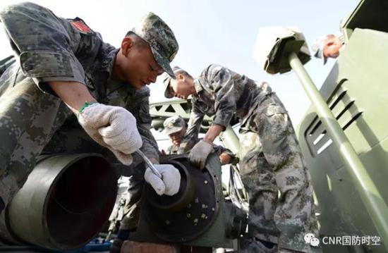 官兵对装备进行保养维护。