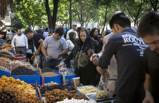 5月16日,当地民众在德黑兰一处市场购买干果。(哈拉比萨兹 摄)