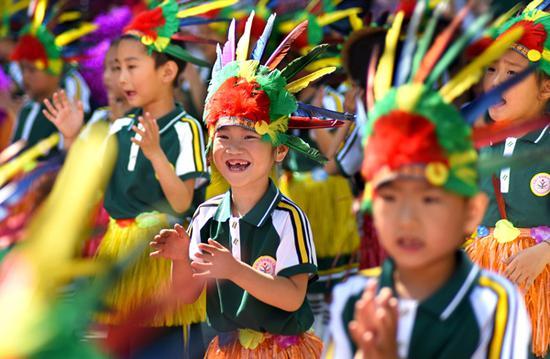 """""""六一""""儿童节,各地举行丰富多彩的活动,让孩子们在欢声笑语中度过自己的节日。半月谈网 图"""