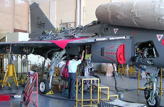 LCA战机项目一直遭到印度国内舆论的批评,拖沓的研制进程导致印度空军不得不继续向外国购买中型战机。