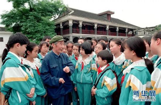 李光在遵义会议会址前给少年儿童讲述长征经历