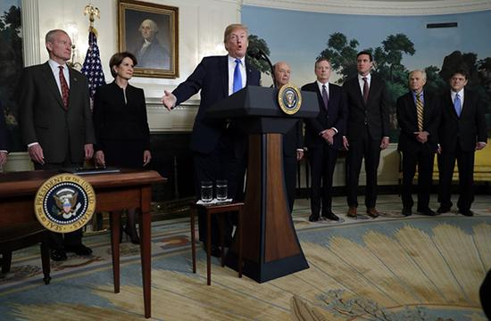 当地时间3月22日,美国华盛顿白宫,特朗普签署备忘录将对中国商品大规模征收关税。这是美国总统特朗普(左三)在签署总统备忘录前讲话。新华社 图