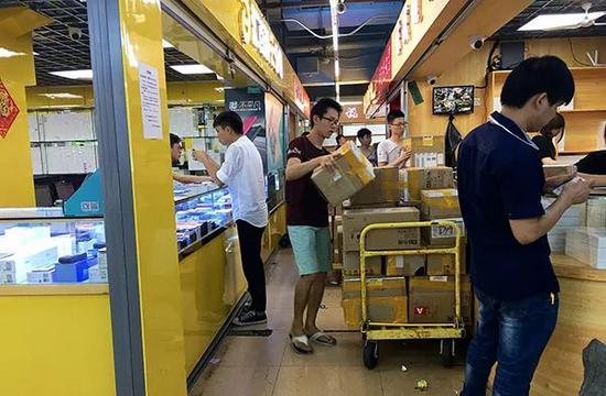 ▲华强北手机卖场。 澎湃新闻