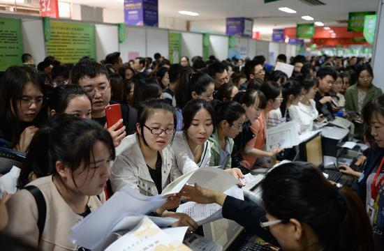 ▲4月1日,陕西举办基层医疗卫生机构定向招聘会。图/新京报社