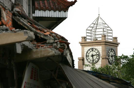 2008年5月12日,四川德阳汉旺镇广场的钟楼永远定格在14点28分 视觉中国 图