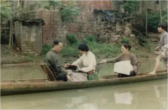 家人回到凤凰,将沈从文先生骨灰撒入沱江,魂归故里。