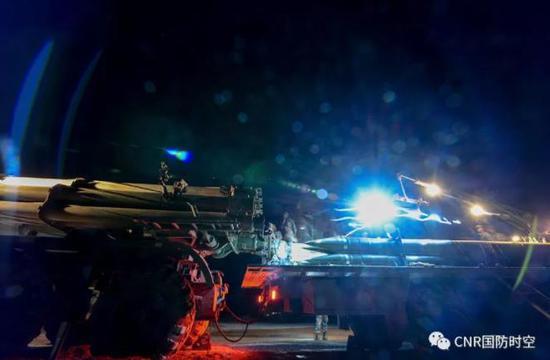 陆军参训部队,将围绕练兵备战及转型建设进行集训。图为弹药装填。