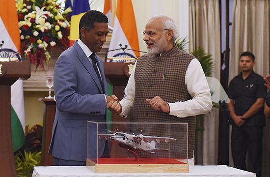 25日,塞舌尔总统丹尼·富尔与印度总理莫迪举行了会谈。视觉中国 图