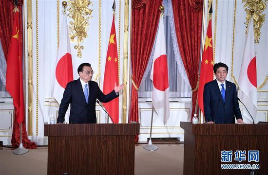 当地时间5月9日晚,国务院总理李克强在东京迎宾馆与日本首相安倍晋三会谈后共同会见记者。 新华社记者 张领 摄