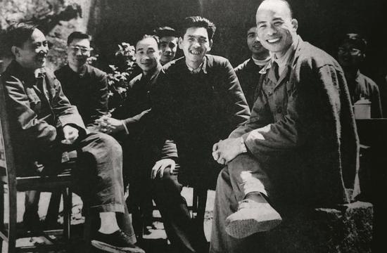 1961年,林乎加(前右)、田家英(左一)在浙江调研。