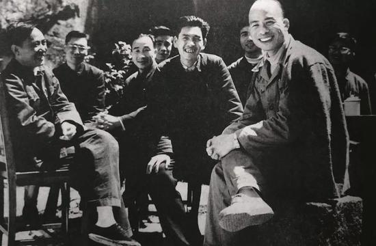 1961年,林乎加(前右)、田家英(左一)在浙江调研