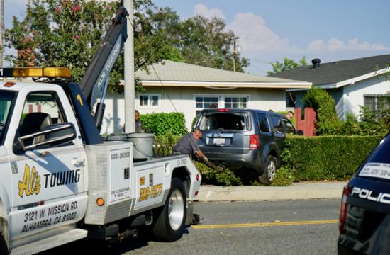 事情职员将突入平易近宅的车辆拖出(滥觞:天下日报)