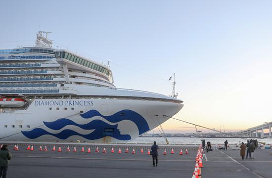 """2月6日,在日本横滨,""""钻石公主""""号邮轮停靠在港口。 新华社记者 杜潇逸 摄"""