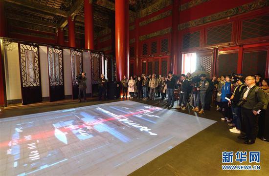 10月14日,记者们在故宫端门数字馆观看数字沙盘。