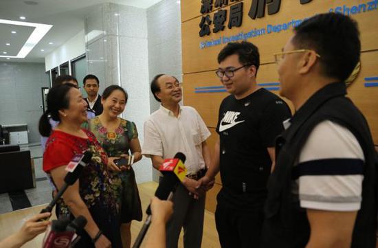 男子3岁被拐香港23年后与父母相见 警察:多亏这个