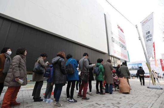 韩国市民排队看样板房