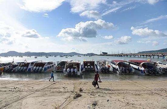 2018年7月7日,泰国普吉岛查龙码头停航,船只不能出海。视觉中国 图
