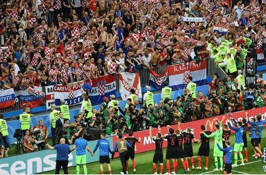 ▲7月11日,克罗地亚队球员赛后向球迷致意。当日,克罗地亚队2比1战胜英格兰队,史上首次晋级决赛。 图片来源:新华社