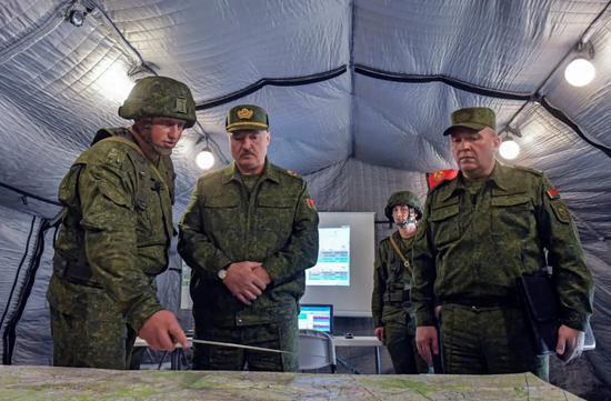 ▲白俄罗斯总统卢卡申科(中)8月22日在国防部长赫列宁(右)的陪同下视察格罗德诺州的一处训练场。(欧洲新闻图片社)