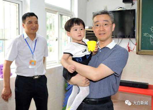 2017年6月,嘉兴市长胡海峰看望慰问少年儿童