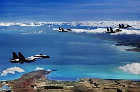 ▲资料图片:空军歼-11战机在雪域高原航行练习。(新华社)