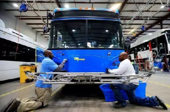 5月1日,在位于美国加州洛杉矶县兰开斯特市的比亚迪工厂,工人在总装车间工作。(新华社)
