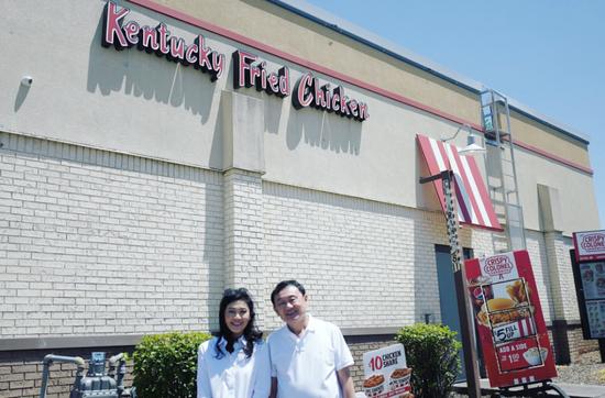 他信、英拉在肯德基快餐店拍摄的照片。(图片来源:泰国《民族报》)