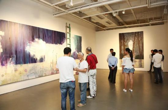 著名策展人栗宪庭在张春华的作品前驻足。