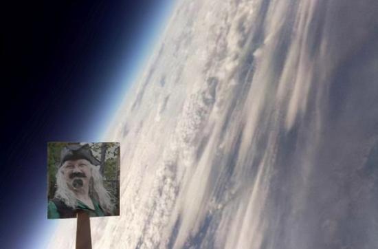 视频:英国家庭花6000块制作氦气球 将祖父骨灰