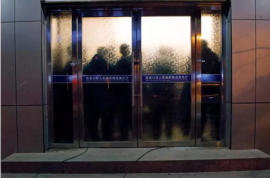 """11月28日晚上,张家口市政府新闻办召开新闻发布会,通报了""""11·28 """"爆燃事故有关情况。摄影/本刊记者 董洁旭"""