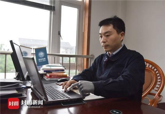 2018年5月8日,四川省都江堰,马元江正在使用笔记本电脑处理工作,由于安装了义肢,他说影响他的输入速度。