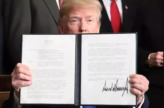 ▲当地时间3月22日,美国总统特朗普签署总统备忘录。(盖帝图像)