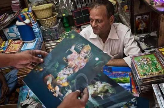 甚至就连印度教神灵画像与印度象鼻神的塑像也产自中国。