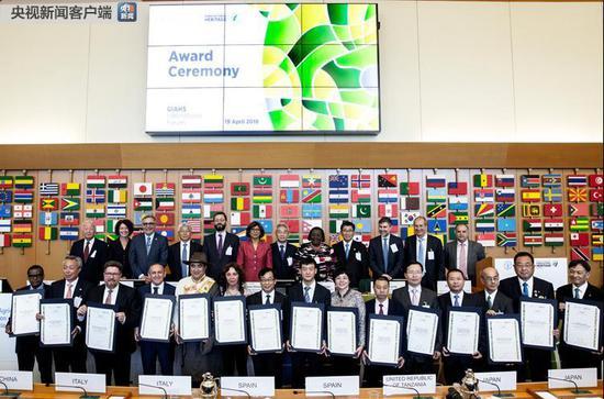 此次获正式授牌的各国代表合影。(图片来源:联合国粮农组织)