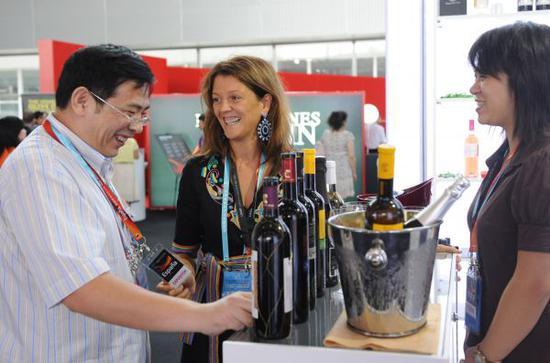 资料图片:2018-05-22,来自西班牙的参展商(中)在推介该公司葡萄酒。 当日,第六届中国国际中小企业博览会暨中西中小企业博览会在广州开幕。新华社记者 卢汉欣 摄