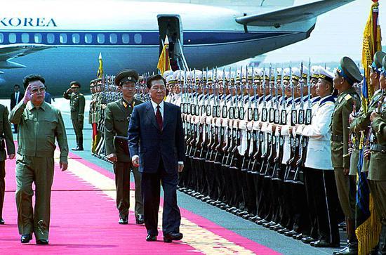2018-08-16,朝鲜平壤,时任朝鲜领导人金正日(左)在机场为时任韩国总统金大中(右)举行欢迎仪式。