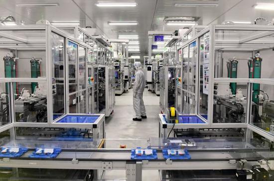工人在福建宁德时代新能源科技股份有限公司电芯自动化生产车间工作。(新华社)