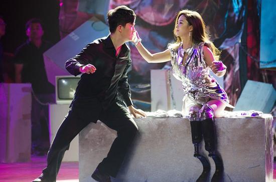 在电视节目中和舞伴跳舞