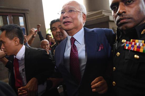△4日,马来西亚前总理纳吉布抵达法院受审。