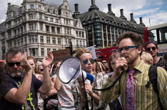 ▲资料图片:民众在伦敦国会广场游行反对英国脱欧。(美国《纽约时报》)