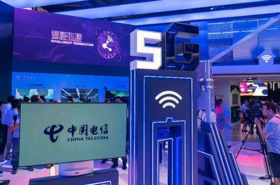 """6月27日,中国电信集团有限公司在""""2018世界移动大会-上海""""现场展示5G技术。(法新社)"""