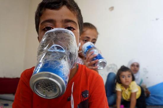 9月12日,敘利亞伊德利卜省的兩名兒童在試戴自制的防毒面具。